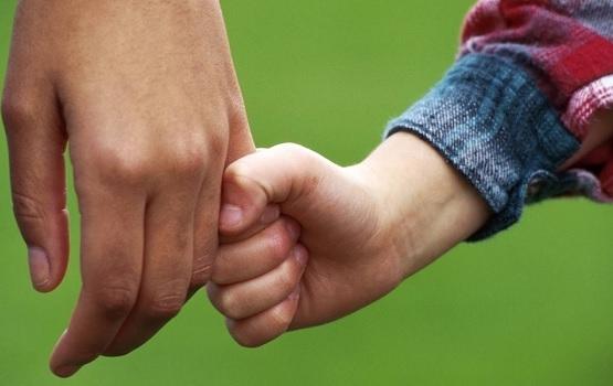 Más de 9.000 menores viven separados de sus padres en Andalucía